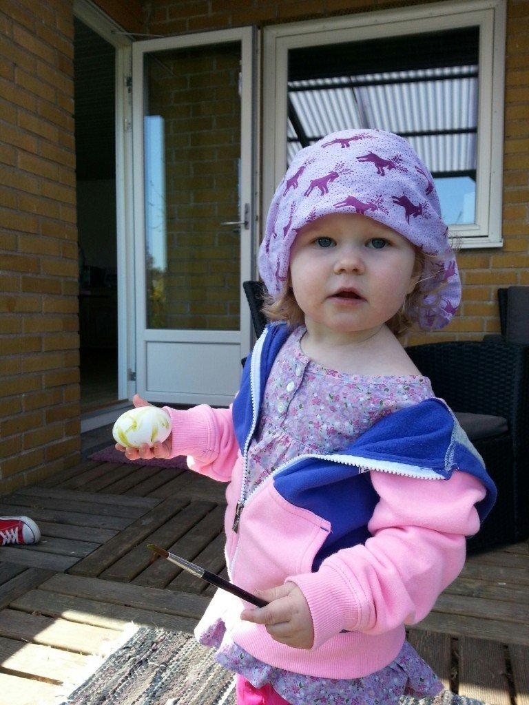 Edith börjar bli van vid den obligatoriska äggmålningen hos mormor.