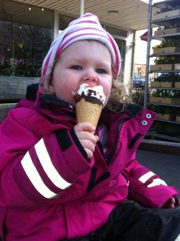 Glassmys efter dagis. Dagen innan jag skulle börja jobba. Åh som jag sniffade på henne. Valet av glass föll på Cornetto strawberry. Hon slukade hela.