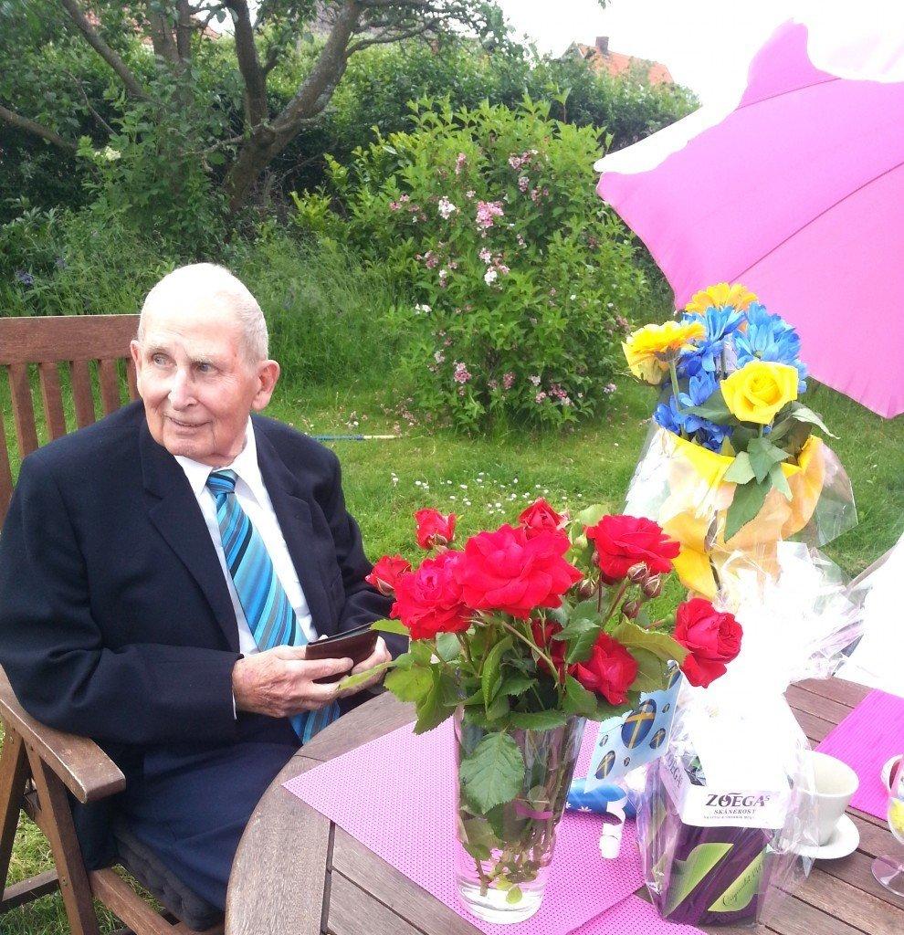 Födelsedagsgrisen blev uppvaktad med sång & blommor. Min älskade morfar.