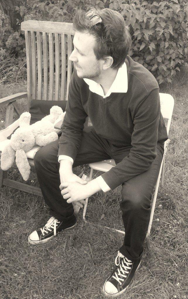 Christoffer vaktar Lizzie a.k.a Bellas kanin som Edith äälskar.