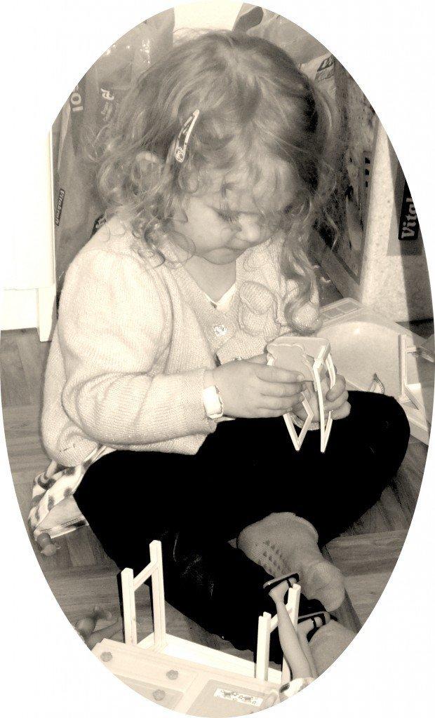 Vi hann med mycket hemma hos Ediths morfar. Här leker hon med Olivias barbiehus.