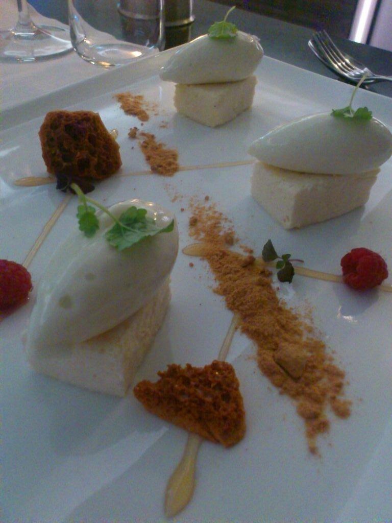 Desserten: frusen päronmousse med karamell och päronsorbet. Mumma!