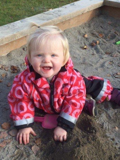 glad baby i sandlåda