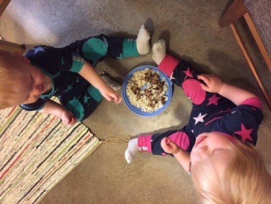 tvillingar äter själva