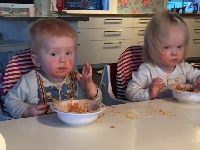 när börjar barn äta själva