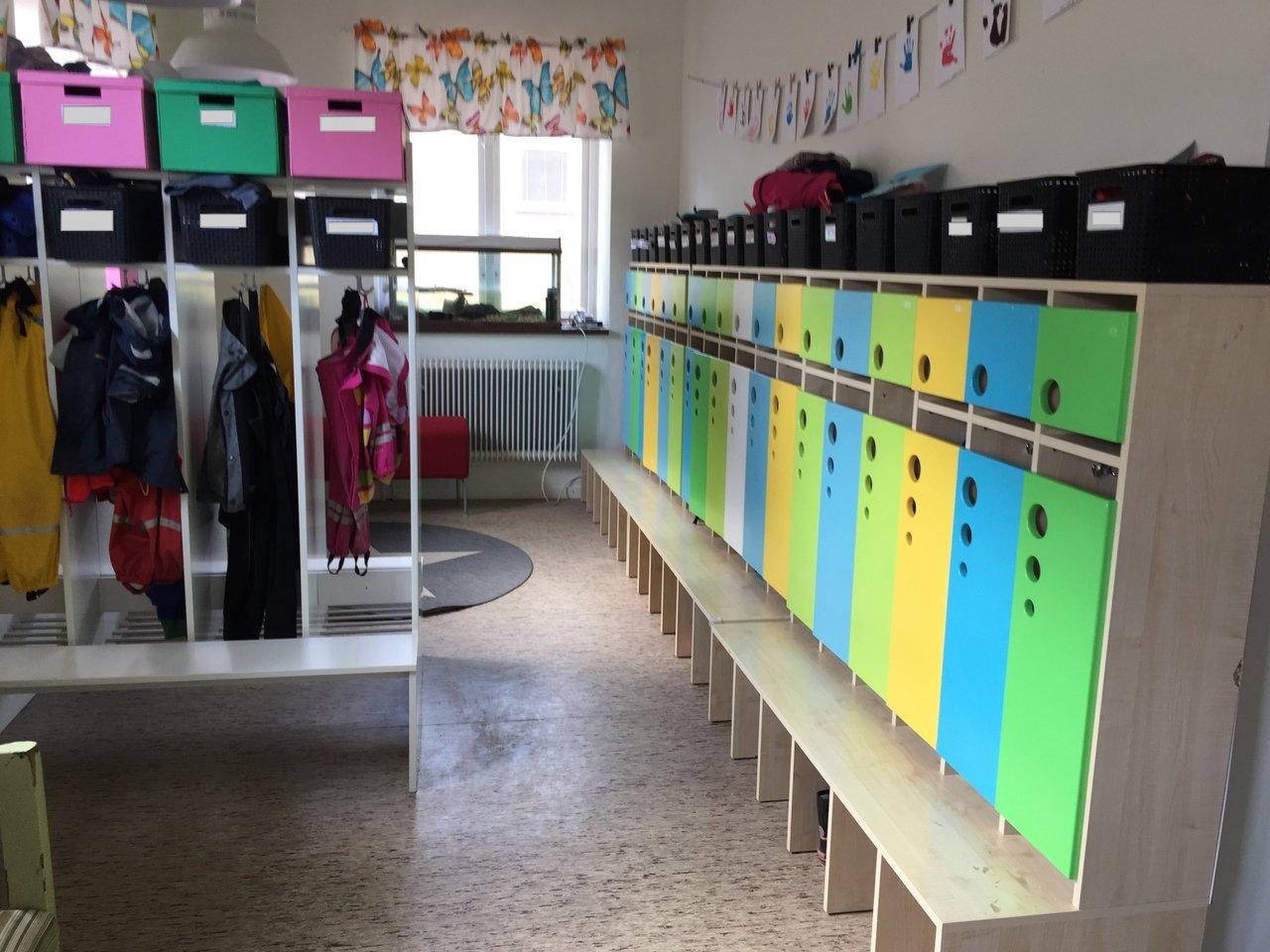 Nya fina hallmöbler! =D Polyfamiljen 3 vuxna och 8 barn