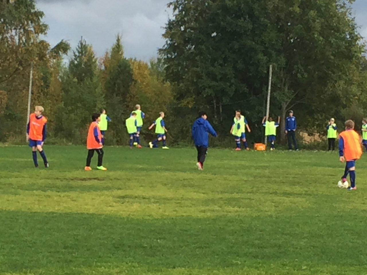 spela fotboll med barnen