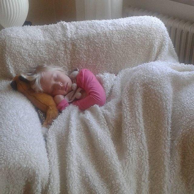 sover av sig febern i morfars fåtölj