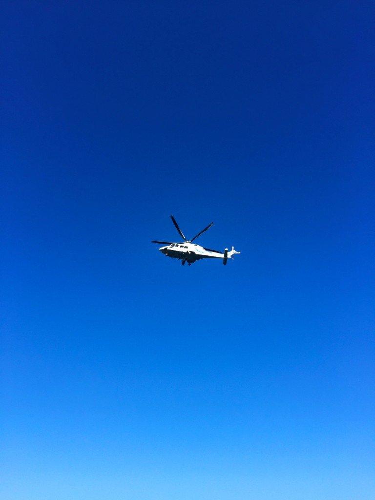 En av helikoptrarna som flög runt och letade efter något.
