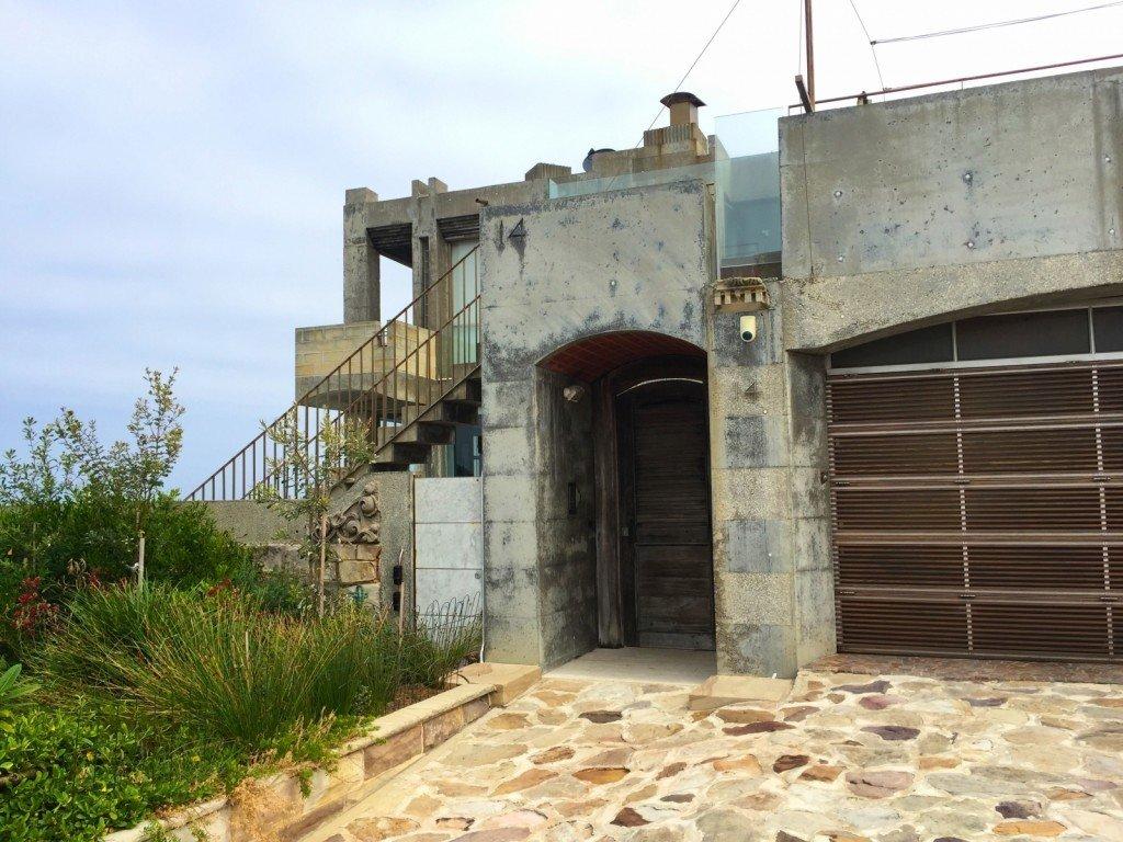 Vi kallar detta hus James Bond-huset. Vem bor i det? Vem har byggt det? Jag är så nyfiken, men hittar inget på nätet. Dåligt värre world wide web!