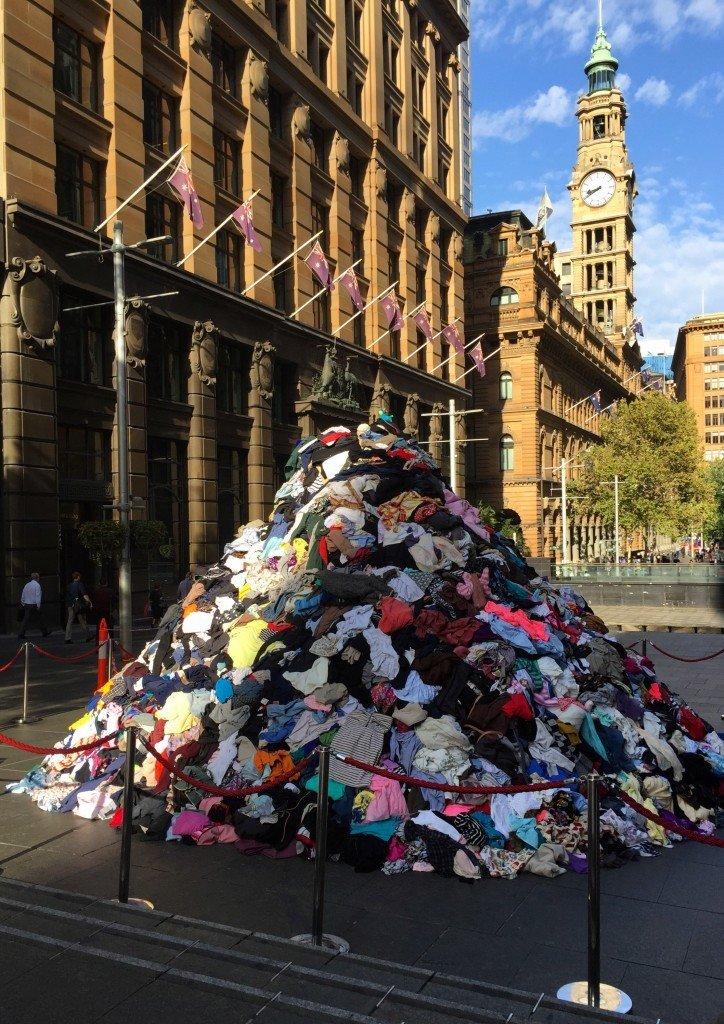 En hög med kläder på Martin Place. Inga tecken på anledningen till detta.