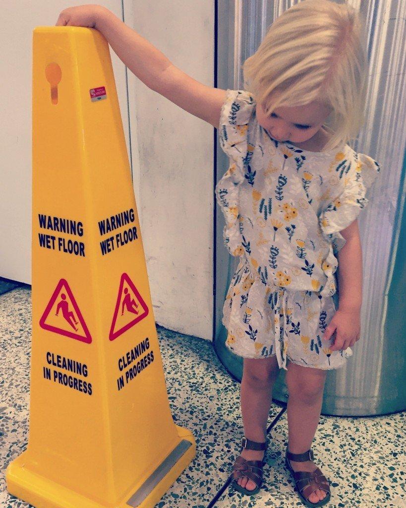 En exalterad liten på flygplatsen.