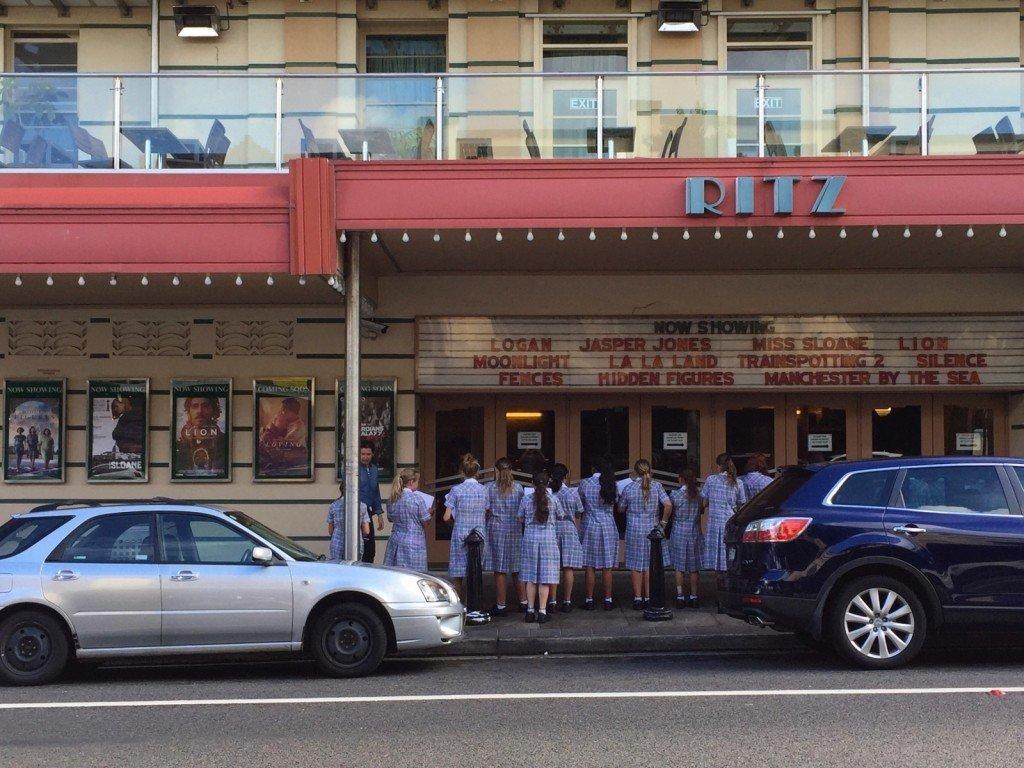 Frukost mittemot en gammal biograf som skolflickor stod och målade av.