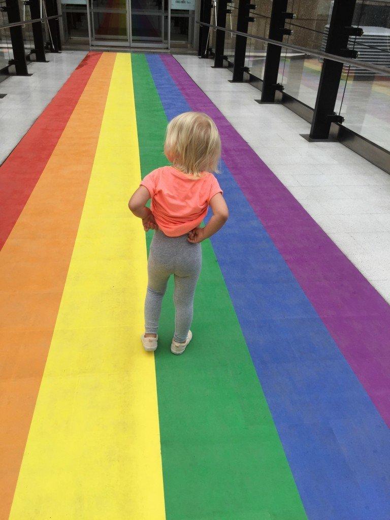 Lilla B på väg till dagis på Mardi Gras (Pride)-piffat golv.