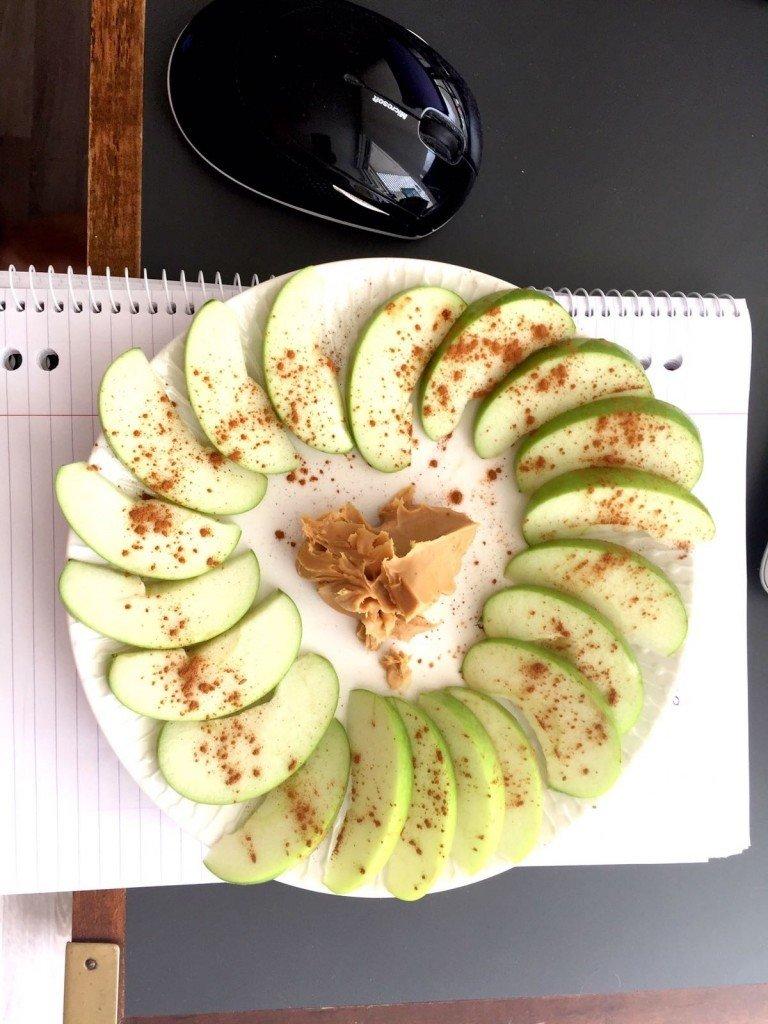 Snack 1. Om jag ska vara ärlig (och det ska jag ju) så var detta Ts morgonsnack. Jag åt ABC-smör istället för detta lite onyttigare jordnötssmöret. Dessutom åt jag mina äpplen ur en påse= inte så fotovänligt.