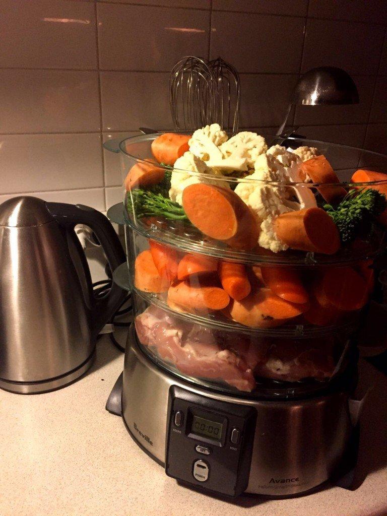 Middagen ligger och blir redo i steamern. (Inga morötter eller sötpotatis åts idag).