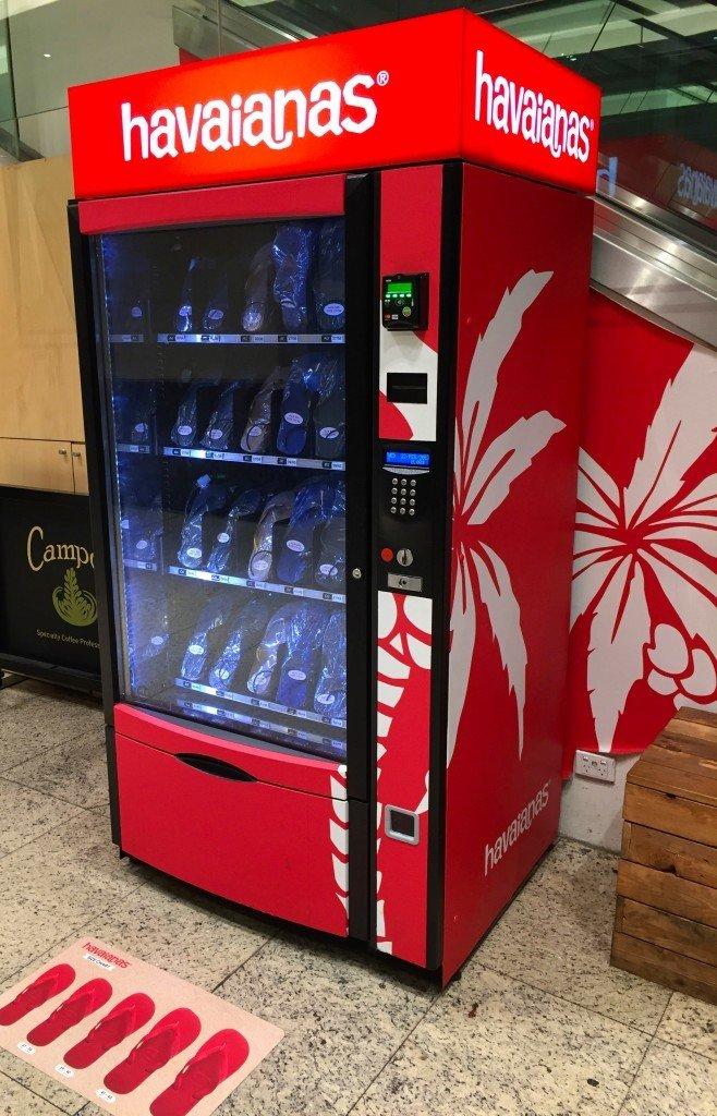 Random bilder: Klart man ska ha en Havaianas-automat i köpcentret om andan faller på. Och så en cool vägg utanför gymmet.