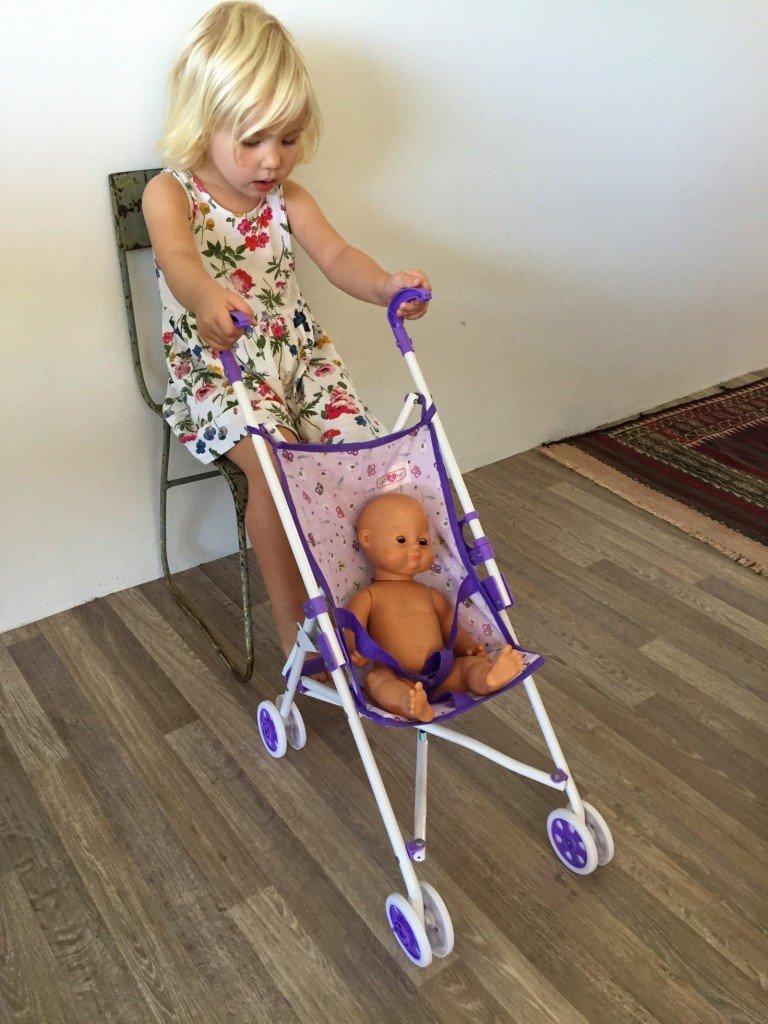 Morgonmys. Vet inte riktigt vad hon gör med dockan Anna. Leker tåg?