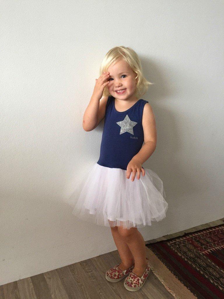 Lillan i sin klänning och för små favoritskor.