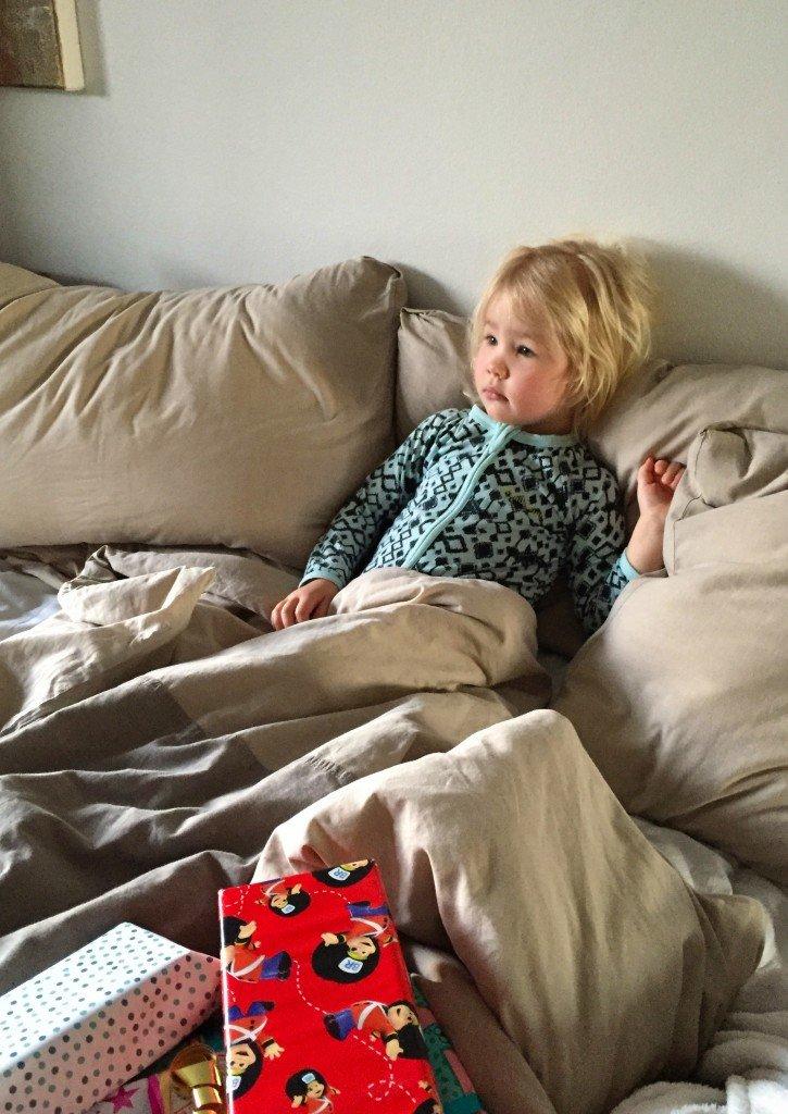 B på morgonen på sin födelsedag. Vi fick sjunga fyra gånger innan hon vaknade!