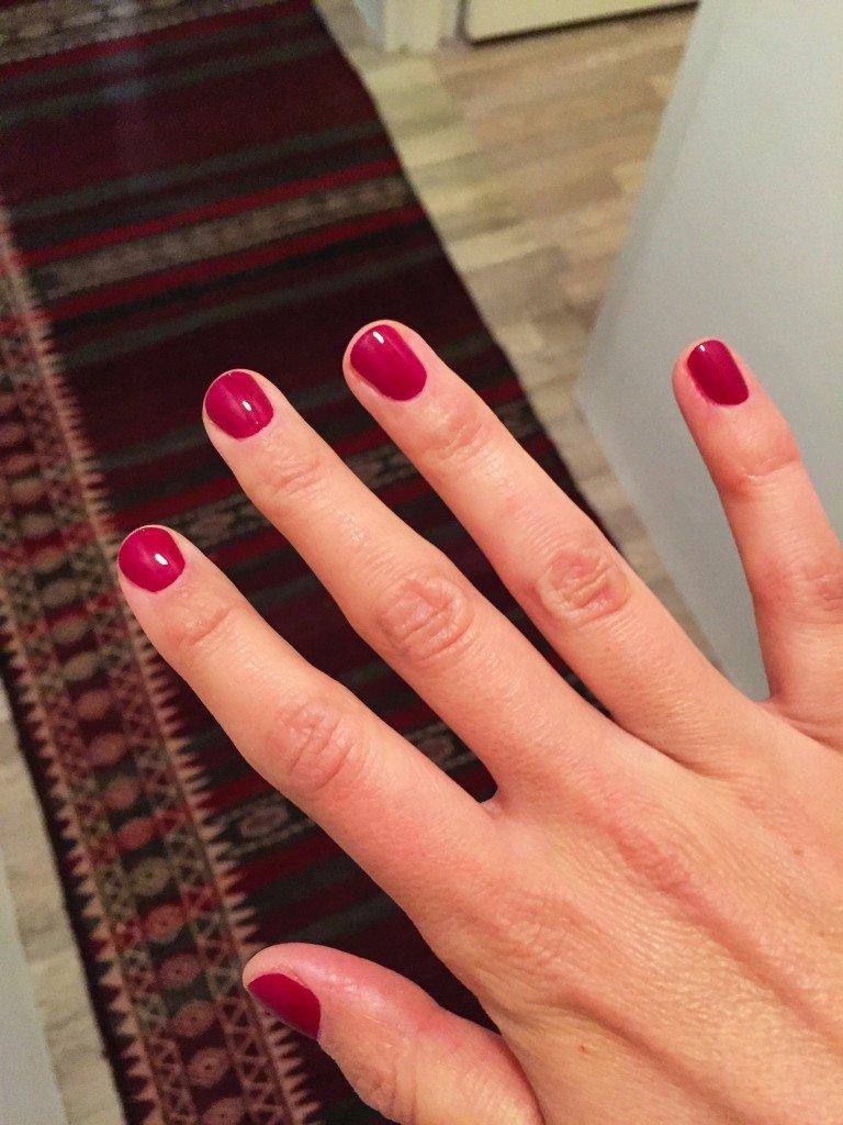 """Random bild på min manikyr från i lördags. Fick för mig att jag skulle vara lite """"kvinnlig"""" och valde denna mörkröda färg. Känns inte som jag, men ändå fin."""