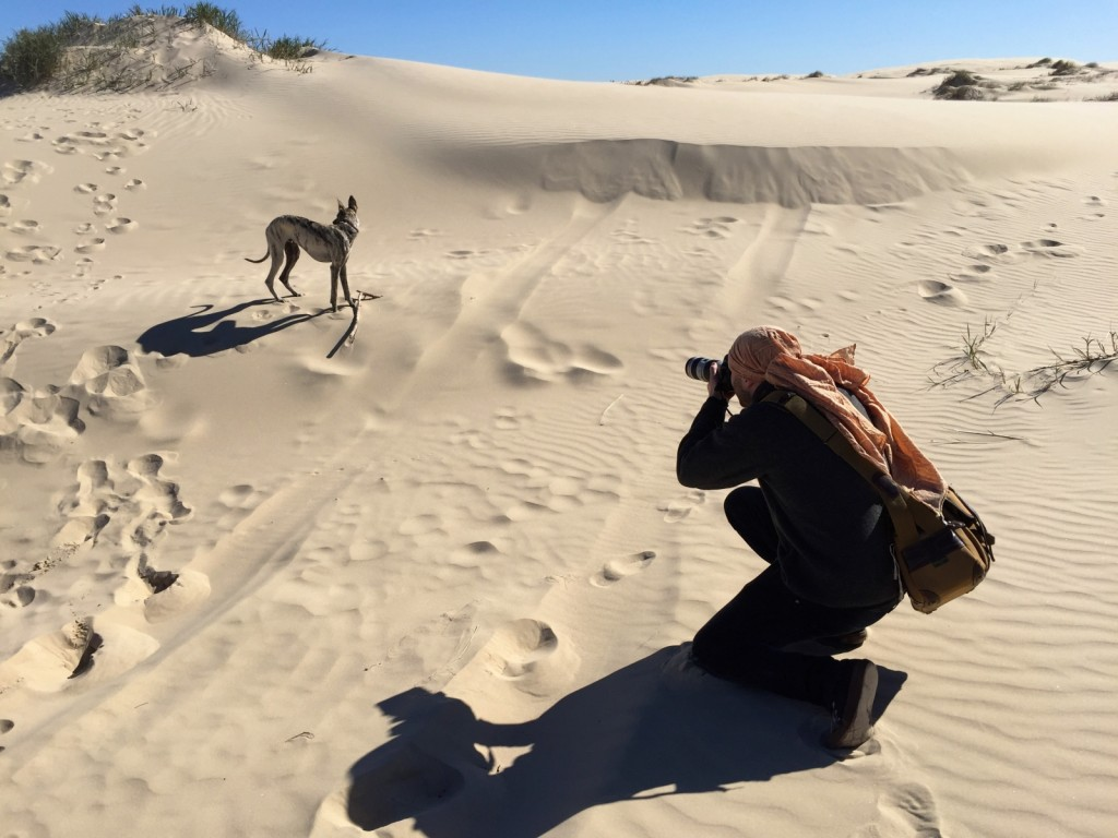 T som beduin i ökenlandskapet.