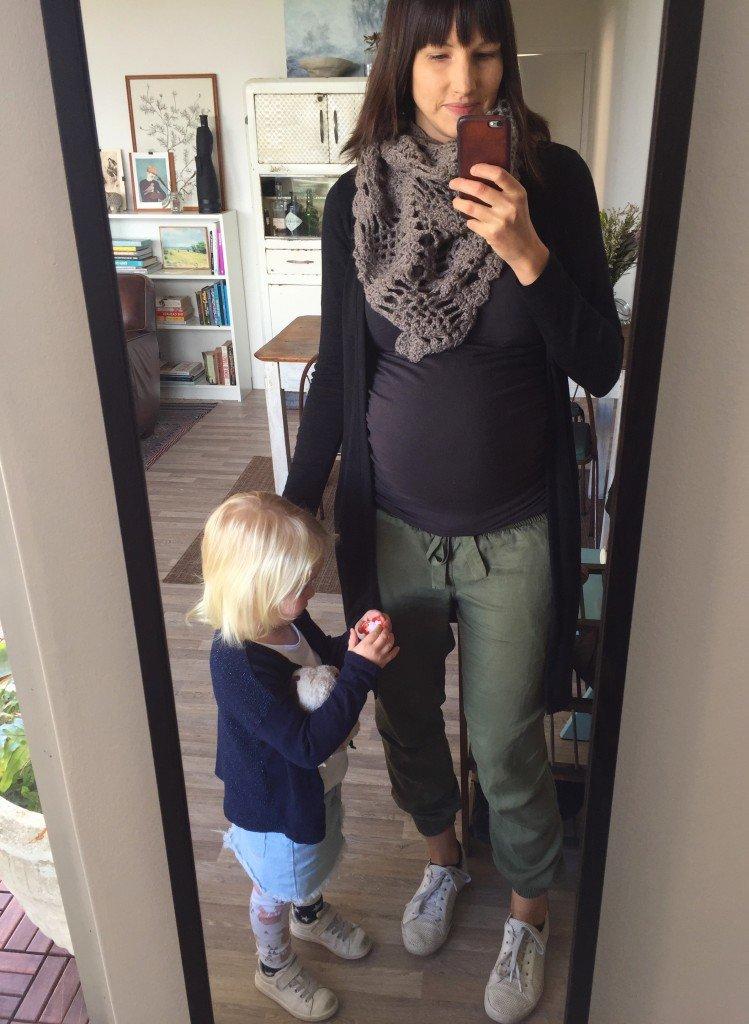 Sedvanlig selfie innan promenaden till sjukhuset. Magen vecka 28+1. Hej third trimester!