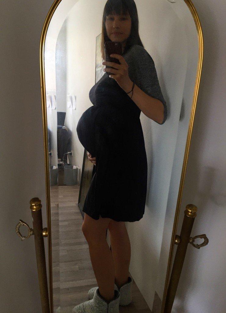 Selfie i smutsig spegel. Magen är stor nu!