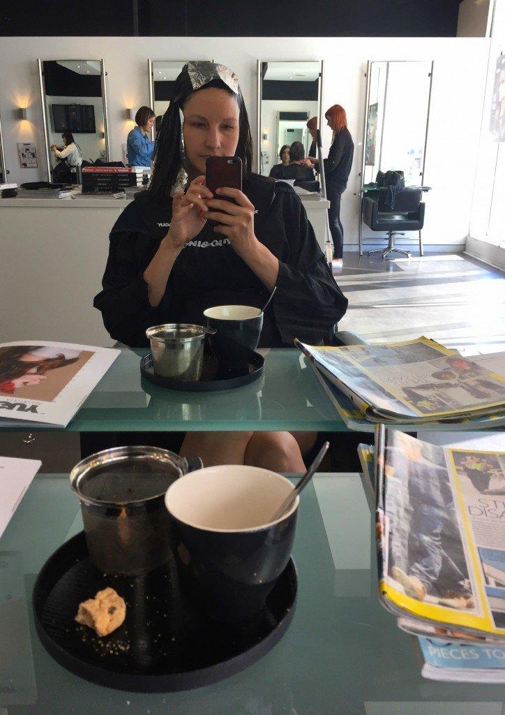 Snygghetsgraden medan man får håret fixat... Te och kaka dock, mums!