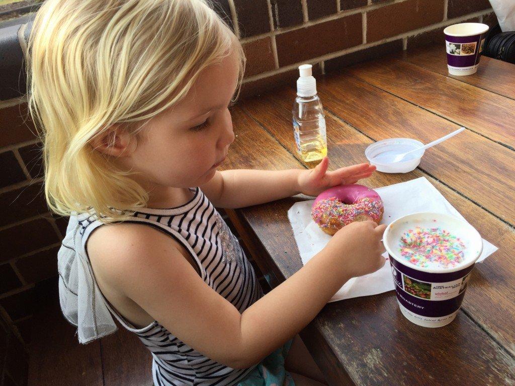 Sista dagen på semestern får man lov att äta massa rosa färgämnen och socker.
