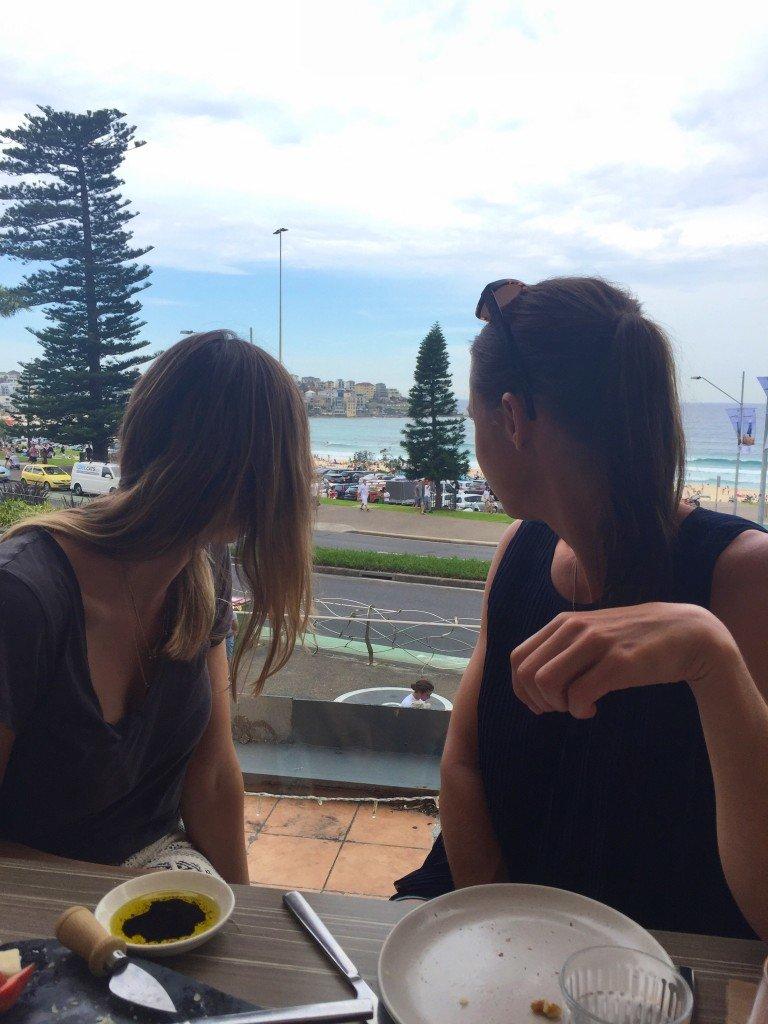 Härliga tjejer och fin utsikt över Bondi Beach.