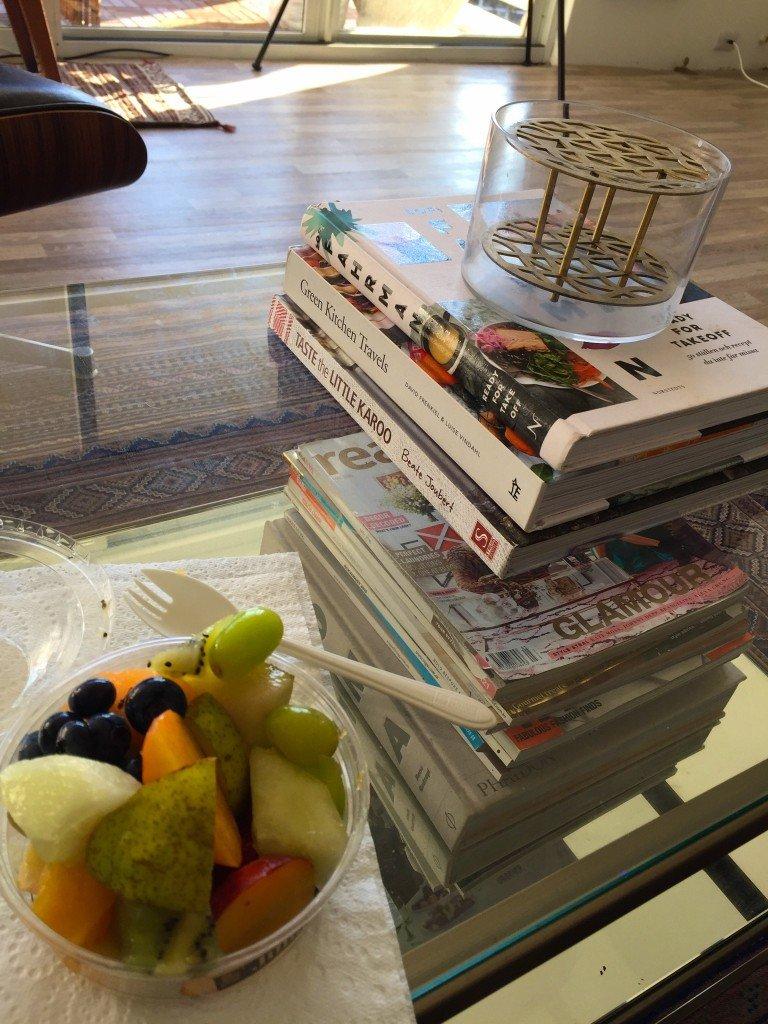 Jag köpte fruktsallad till eftermiddagen på jobbet, men nu fick den ätas hemma istället.