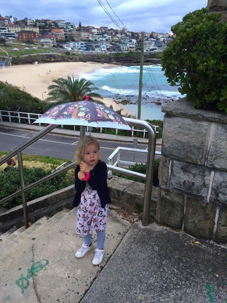 Härlig kvällspromme vid stranden! Klart man ska ha paraply även fast det inte regnar, tycker B.