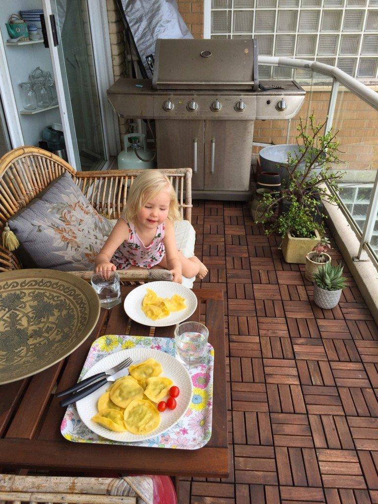 Ravioli med spenat och ricotta på balkongen.