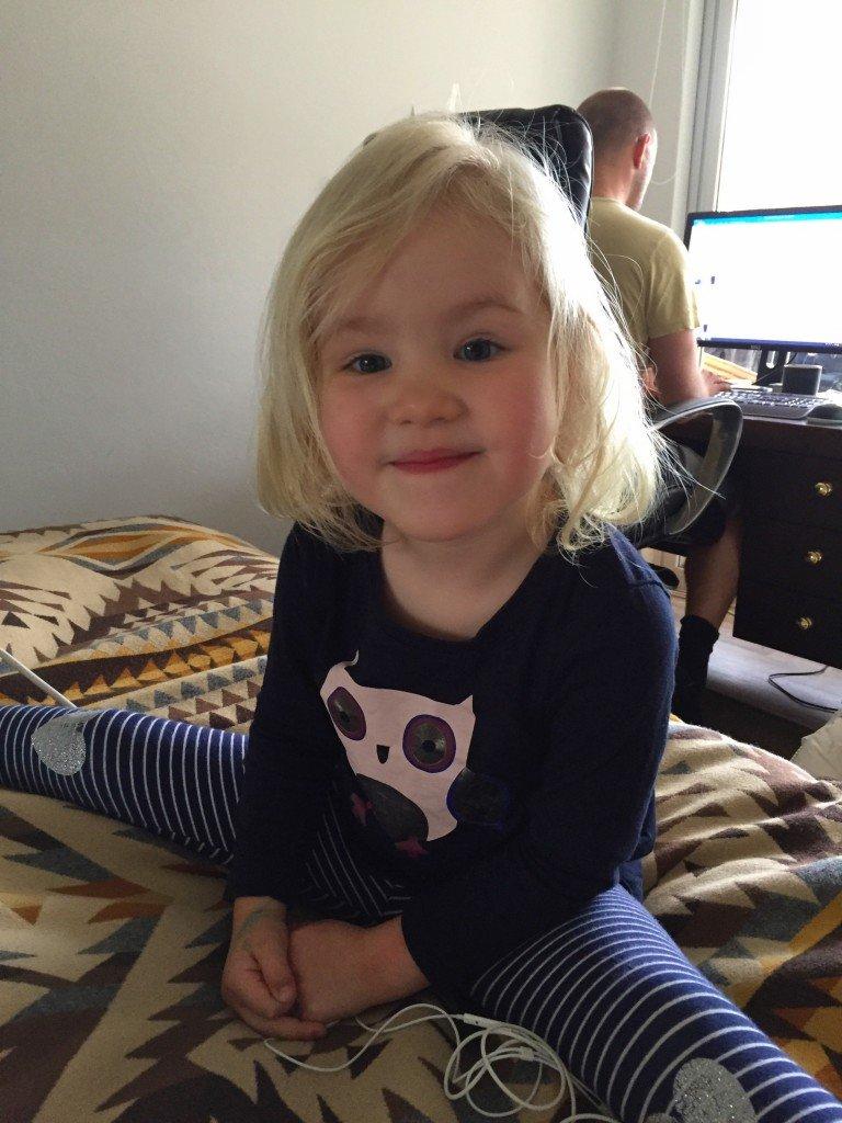 Lilla gymnasten. Under en av de få stunder hon var sitt glada och busiga själv idag.