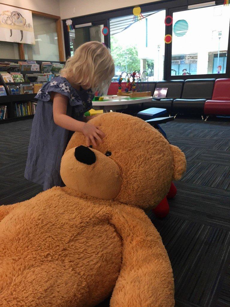 B på biblioteket med meganallar.