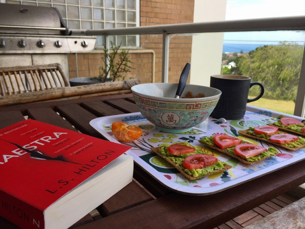 Frukost på balkongen med bok.