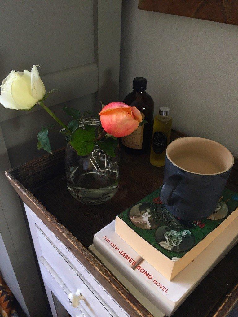 Blommor i varje hörn av lägenheten för att fira sista jobbdagen.