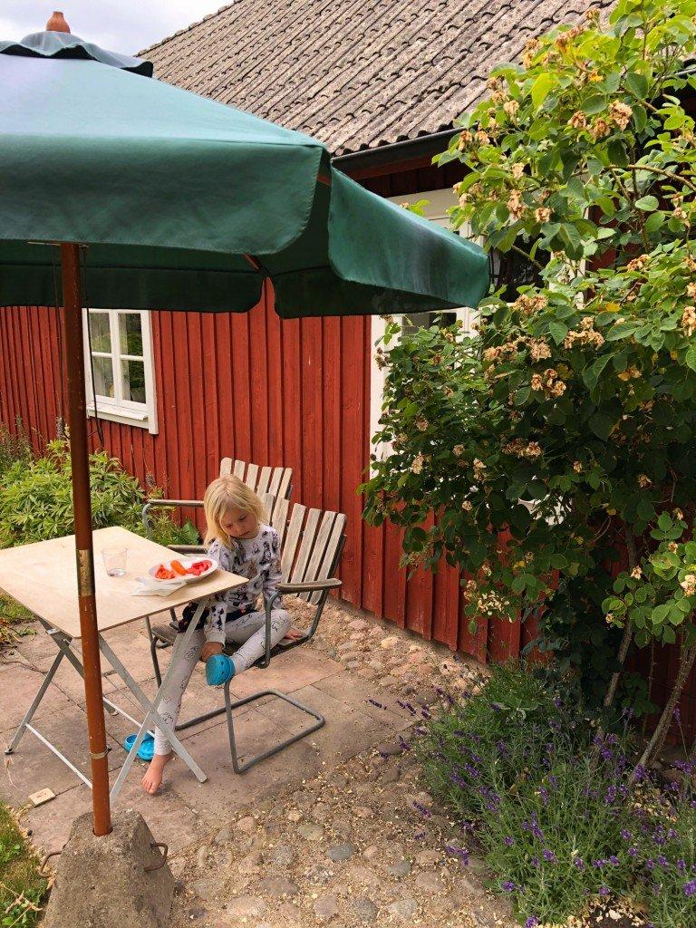 B äter lunch i sina nya Foppatofflor som farfar köpt.