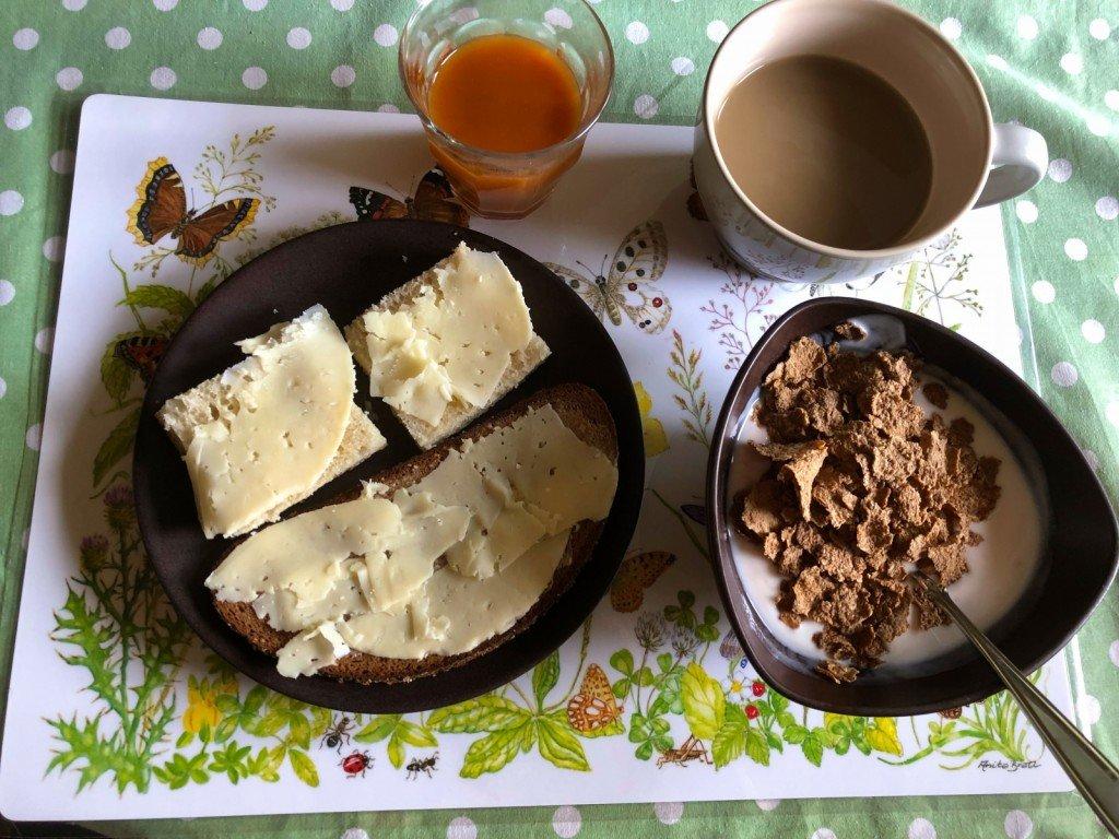 Hej O! Och så en bild på min frukost. Det har vi inte haft på länge.