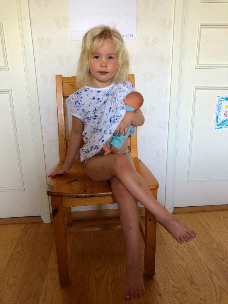 B började dagen med att sitta tyst i 10 minuter och amma sin docka. Okej...