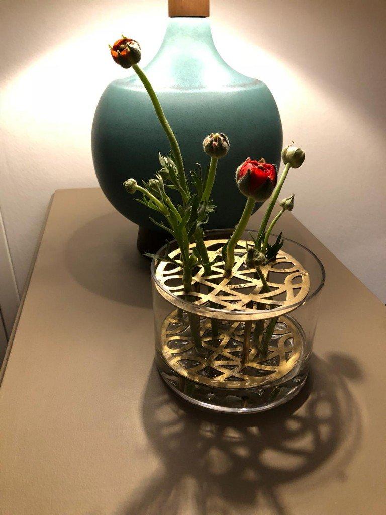 T gick på eget bevåg och satte blommorna i lite olika vaser här och där. Han är fin han.