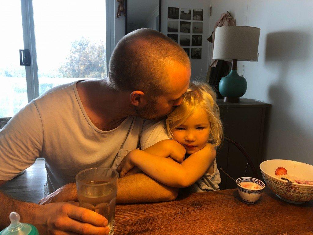 B är pappas flicka och hans ständiga hejarklack. Fina!
