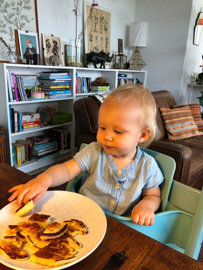 Buttermilk pancakes kvar från gårdagens födelsedagsfrukost till O's glädje.