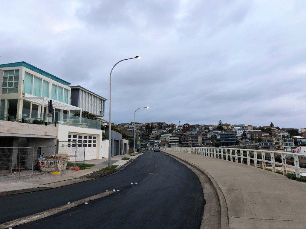 Nya stora (opersonliga) hus byggs vid stranden i Tamarama.
