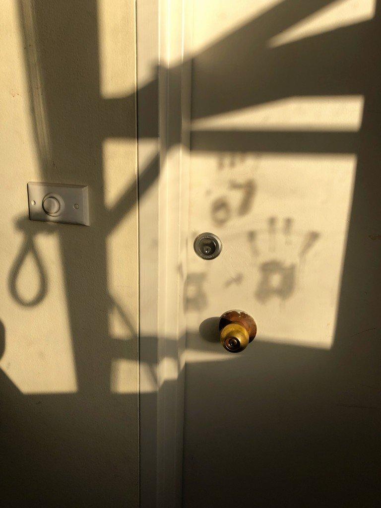 Hur cool bild? Byggarna har satt kladdiga handavtryck på fönstret, vilka sedan skuggas på grannens dörr.