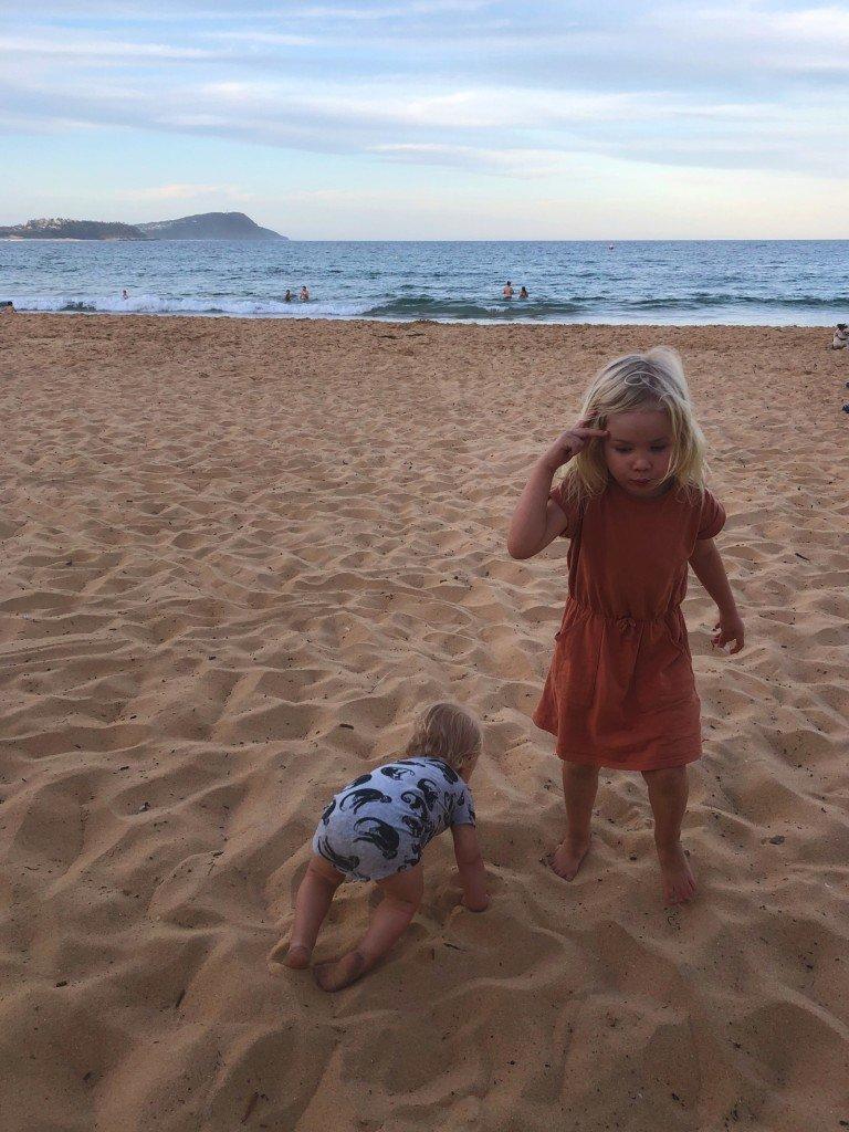 Jag måste lägga mitt sandhat åt sidan. Det går bara inte att bry sig om sand när man har ungar och bor 5 minuter från stranden (ok 7. Fast 2 minuter till bukten).