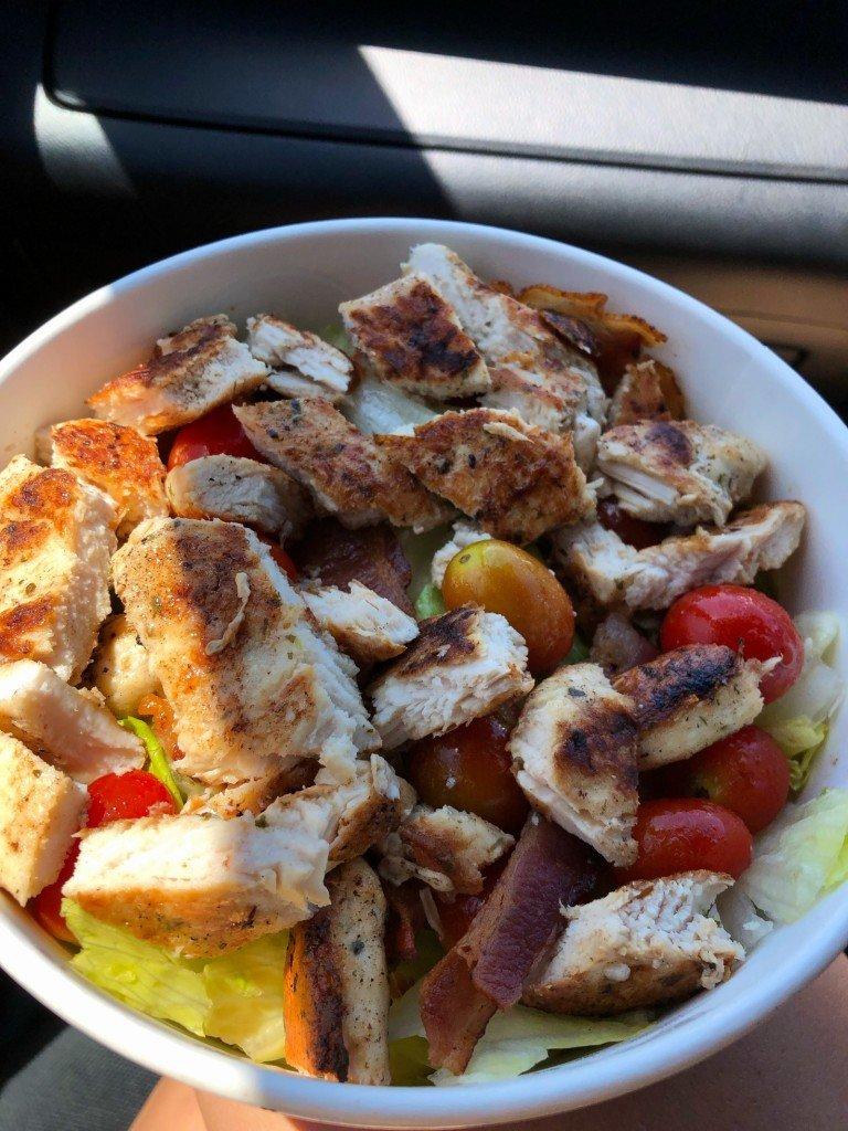 McDonalds-sallad till lunch. Egenkomponerad med extra tomater och extra kyckling-riktigt gott!
