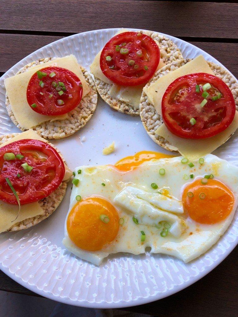 Dagens måltider har utgjorts av riskakor med olika tillbehör.