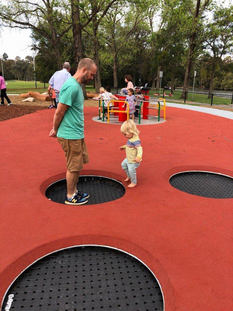 En utav två lekplatser vi besökt idag för att försöka muta kidsen till mer tid i bilen.